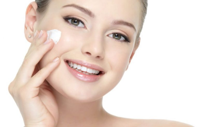 Pulizia del viso fai da te: cosa utilizzare per farla da sole