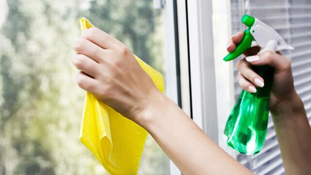 Come pulire i vetri della propria casa senza lasciare aloni